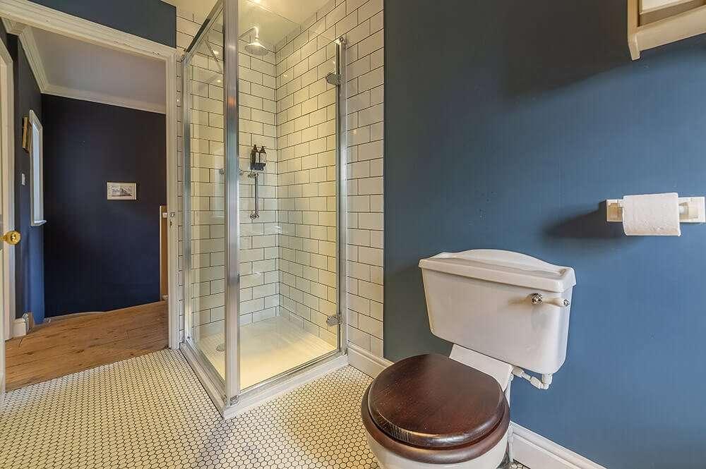 The bathroom at Gardener's Cottage